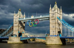 big_olympic_rings_center_of_tower_bridge_london